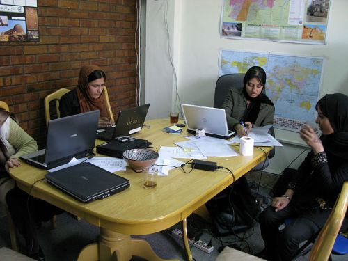800px-female_students_at_kabul_university_11-13-20071